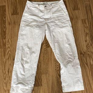 Vita jeans med kontrast sömmar från Gina tricot. Storlek 42 (små i storkelen). Säljer på grund av för stora på mig. Lite croppade i benen. Hittade ingen bild från hemsidan pga köpte för länge sedan. 150kr exklusive frakt köparen står för frakten💜