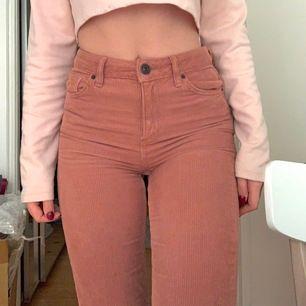 Beige rosa BDG jeans i Manchester tyg 💗 Superbra skick och jättesköna. Storlek 25/32, raka ben