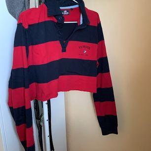 En croppad, vintage (dock inte köpt på secondhand) tröja med krage från märket U.S Polo Assn! Är i storlek M men passar allt från S-L beroende på hur man vill att den ska sitta ☺️ Frakt tillkommer❤️