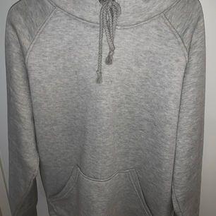 grå hoodie från bikbok i storlek xs, passar även s. jättebra skick, använt endast 2 gånger så inte nopprig alls. som ny. köpare står för frakt.