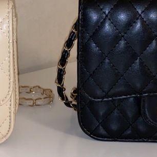 Säljer 2 handväskor/axelremsväskor, använda endast 2 tillfällen. Svart och beige. Båda är likadana. Styckpris är 40kr