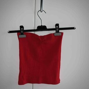 Superfin röd bandeautopp från humana. Den är väldigt stretchig därav det höga storleksspannet. Frakt tillkommer❤️