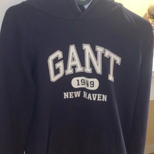 marinblå gant hoodie. passar xs - m. köpare står för frakt.