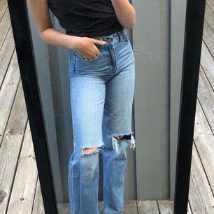 Ett par skitsnygga jeans från zara💕 helt slutsålda💕 köpte de här på Plick men de va tyvärr förstora💕 fint skick