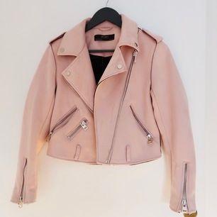 Zara vår jacka i faux suede i storlek M - men känns som en XS/S och är midje kort på mig som är 157. Använt 3 gånger max och annars har den bara hängt i garderoben.