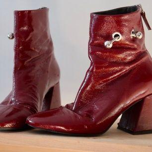 Säljer mina röda TOPSHOP ankle boots. De är använda men fortfarande i bra skick och inte överdrivet slitna - se gärna bilderna. Storlek 36 och sitter bra och är väldigt bekväma att ha varje dag utan problem. Säljer pga flytt.