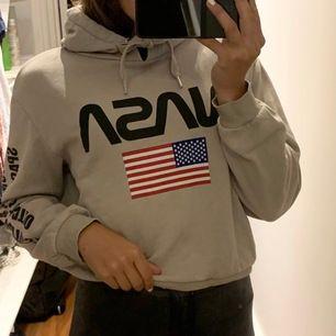 Nasa hoodie som är använd men i bra skick✨ säljer pgr av använder inte, ny pris: 299kr mitt pris: 100kr (finns ej kvar i butik) betalning sker via swish och frakt tillkommer ✨ tvättas osv innan postning