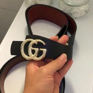 Säljer detta Gucci skärp, köpt utomlands därav inte äkta men i jättebra skicka då den är helt ny