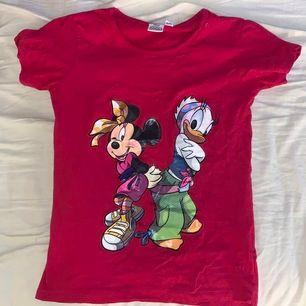 Rosa T-shirt med motiv av Mimmi pigg och Kajsa anka i y2k street kläder. Fett cool men tyvärr inte rätt storlek för mig. Perfekt skick. Officiell Disney. Ställ gärna frågor om du har :)