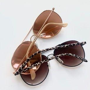 Säljer rosé guldiga solglasögon och ett par mörkare med leopard mönster✨ båda har inga repor och är i bra kvalite, 20 st + frakt och 2 för 30kr + frakt, betalning sker via swish 🥰(lite dammiga på bilden men torkas såklart av innan postning)