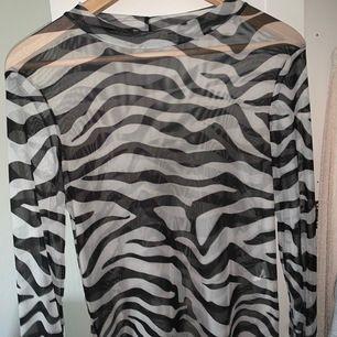 En super söt genomskinligt tröja med 🦓 mönster på. Kommer inte till så mycket användning. Bra skick, köpt på Nelly. Priset inkl frakt 💖