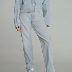 Ljusblå zara jeans med split💓säljer nu mina favorit jeans från zara med split som tyvärr är lite stora för jag köpte i fel storlek, de är använda endast 2 ggr eftersom de är för stora💓BYTER GÄRNA MOT 34/32 i samma modell💓💓BUDA!!
