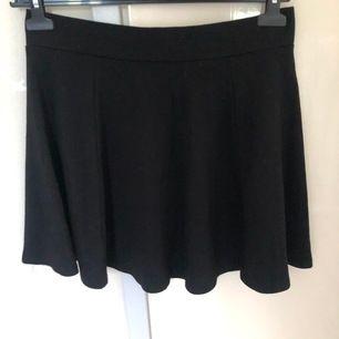 Svart kjol från H&M med dragkedja bak, strl S men rätt stor i storleken, passar en M enligt mig! Sparsamt använd!  Frakt är inkluderat i priset! ⭐️  Hund och katt finns i hemmet
