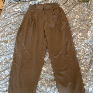 Ett par snygga byxor med pressveck från WEEKDAY. Skulle säga att de har en 70-tals fit✨ Byxorna är lite skrynkliga men det är inget strykning inte kan fixa! Frakt tillkommer❤️