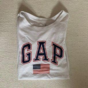 Säljer en gap tshirt i nyskick som köptes i usa rätt så dyrt men säljs billigt!