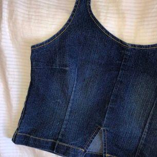 Jättegullig croppad jeanstopp från Ichi💙 knyts bakom nacken. Dragkedja i sidan. Köparen står för frakten (44 kr)💙 Buda i kommentarerna (exkl. frakt)!