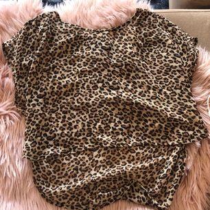 """Söt tunn """"topp"""" med leopard mönster att ha över ett linne är det jättefint💕 lite längre ibak och kortare i fram"""