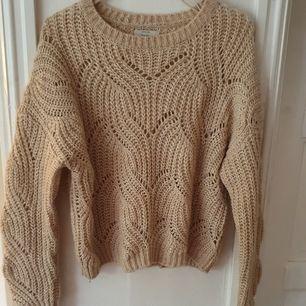 Beige stickad tröja från Only, köpt på Vero Moda ⭐ aningen sliten men ändå i bra skick. Materialet är aningen
