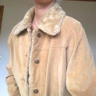 Beige jacka från Fransa, strl M. Passar perfekt på lite kallare sommardagar eller tidig höst! (Jag får även plats med en tröja under) mjuk mudd på kanter. Köparen står för frakt!