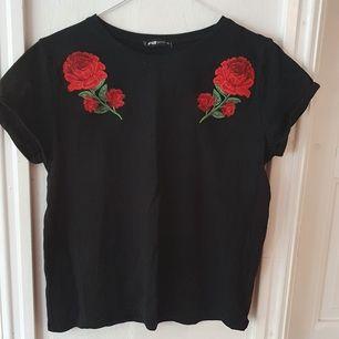 Svart t-shirt med röda rosor från New yorker. Använd 1-2 gånger så som ny ⭐ Storlek M men väldigt liten. Ganska kort så nästan en croptop. Säljs då den ej kommer till användning ⭐ Kontakta vid frågor/intresse 💜 frakt tillkommer