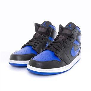 Ett 3 par Jordan 1 mid blåa i storlekarna 41,40,42. De är helt nya och är helt oanvända. Buda från 1600
