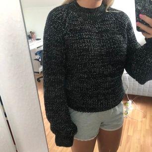 En stickad tröja ifrån Rut & cricle i storlek XS men skulle säga den passar en S. Tröjan  sticks lite när man har på den.💗