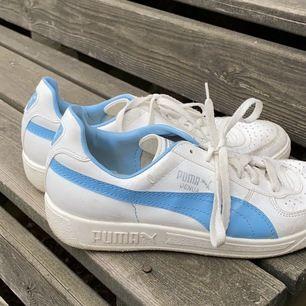 supersnygga, retro skor från 00-90-talet! jättefint skick, tyvärr lite för stora för mig (storlek 39 tror jag dessa är i, kan skicka mått) som bär 37 :) kan tvätta o putsa dem innan de säljs!