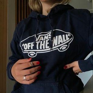 Mörkblå Vans hoodie köpt några år sedan på Vans butiken