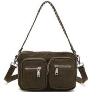 Noella Kendra Crossover Bag - Army Green.                              I väldigt fint skick. Går att ha över överkroppen eller på ena axeln. Jag köpte väskan för 750kr men säljer den för 250 (ink frakt). 💕💕💕 Först till kvarn!