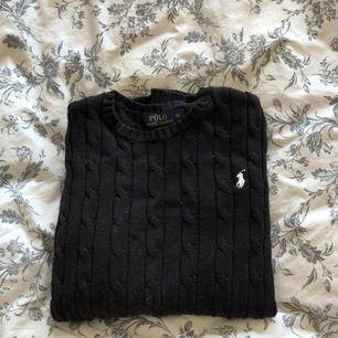En svart kabelstickad tröja från polo Ralph lauren. Använd ett fåtal gånger, supersnygg och i mycket bra skick! Den är i storlek XS men är stor i storleken och passar även M. Ordinarie pris 1500kr, mitt pris 500kr.