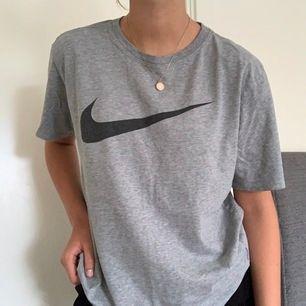 Nike tröja storlek L så sitter oversized på mig som i vanliga fall har S. Många intresserade så budet ligger just nu på 110kr:)