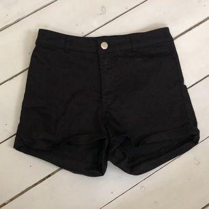 svarta högmidjade short från H&M, storlek 36. nypris 149kr, frakt tillkommer 🌸