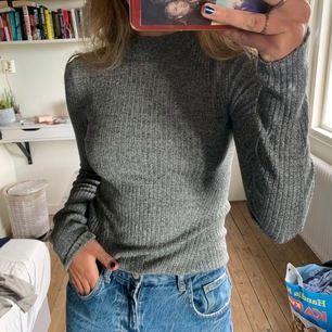 Ribbad tajt tröja från Bershka, aldrig använd. Köparen står för frakt kan annars mötas upp i Stockholm 💕