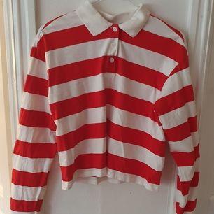 Croppad röd-vit-randig skjorta från Monki ⭐ Vit krage och smalnar av i ärmarna. Tjockare material. Använd ett fåtal gånger så i väldigt bra skick ⭐ Säljs då den inte kommer till användning. Kontakta vid frågor/intresse 💜 frakt tillkommer