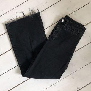 """vida jeans i modellen """"cykler"""" med högmidja från h&m. storlek 38, något korta ben i modellen. nypris 299kr, frakt tillkommer 🌸"""