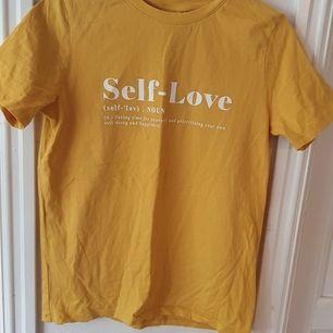 Gul tshirt med tryck (se bild 😊) från H&M. Använd ca 1 gång, så gott som ny ⭐ Storlek S :) Säljs då den inte används. Kontakta vid frågor/intresse 💜 frakt tillkommer