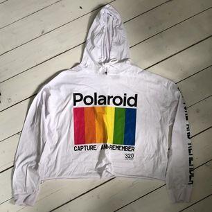 croppad vit hoodie med tryck, från newyorker. nypris 119kr frakt tillkommer 🌸