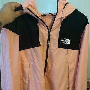 Köpte jackan ett år sen ungefär men har aldrig använt den då jag tyckte färgen var för stark.