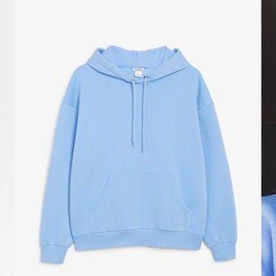 Ljusblå hoodie ifrån Monki som är slutsåld i ALLA storlekar online och i butik. Jättemysig och bekväm, passar till allt! En perfekt vardagströja 💕. Köparen står för 📦frakt