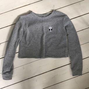 croppad sweatshirt med alien på, frakt tillkommer 🌸