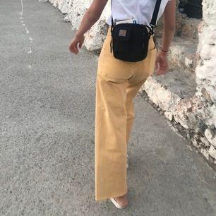 Superfina gula vida jeans från Zara i storlek 34! ☀️ köpta förra sommaren, men sparsamt använda. Köpta för 350kr 💞