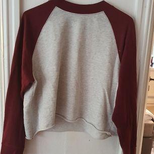 Croppad sweatshirt från H&M i vitt och vinrött. Köpt på H&M för några år sen men i bra skick! ⭐ Storlek L, men fungerar toppen som en oversized S. Säljs då den inte används. Kontakta vid frågor/intresse 💜 frakt tillkommer