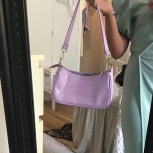 """Lila trendig """"baguette"""" väska med innerfack, ytterfack samt kedja& extra band som man kan få med. Sååå fin färg och rymmer mer än vad man kan tro. Köparen står för frakt 💕📦"""