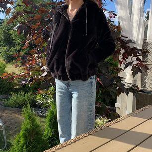 Säljer denna asfina svarta jacka/kofta gjord av fake päls! Säljer pga att jag föredrar oversized. Storlek M. Köparen står för frakten 💗💗 hör av dig om du är intresserad. 💗💗