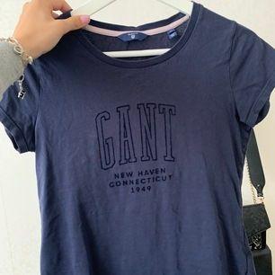 Marinblå T-shirt ifrån Gant! Använd men fint skick!🧡