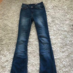 Snygga bootcut jeans från zara i storlek 36