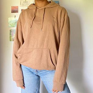 En mysig brun hoodie i storlek S passar även XS. Först till kvarn och köparen står för frakt💕✌🏽✌🏽✌🏽