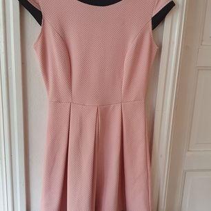 Rosa jättegullig klänning med lite mönster (se sista bilden) och svarta detaljer ⭐ Vet inte storlek, men sitter bra på mig som har S-M, dock aningen tight ⭐ Endast använd ett fåtal gånger. Kontakta vid frågor/intresse 💜 frakt tillkommer