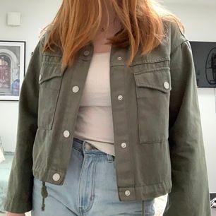 En grön croppad jeansjacka från weekday som jag köpte för nått år sedan men inte riktigt kommit till användning. Jackan är i xs men passar även lite större storlekar då den har en ganska boxy och oversized fit. Frakt ingår i priset.