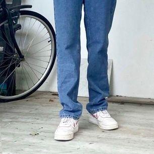Jag funderar på att sälja dessa trendiga jeans då de inte riktigt är min stil. De är i storlek 34/S. Jeansen är oanvända och har lappen kvar. Buda gärna, startbudet är 250 +frakt.     Kontakta för fler bilder